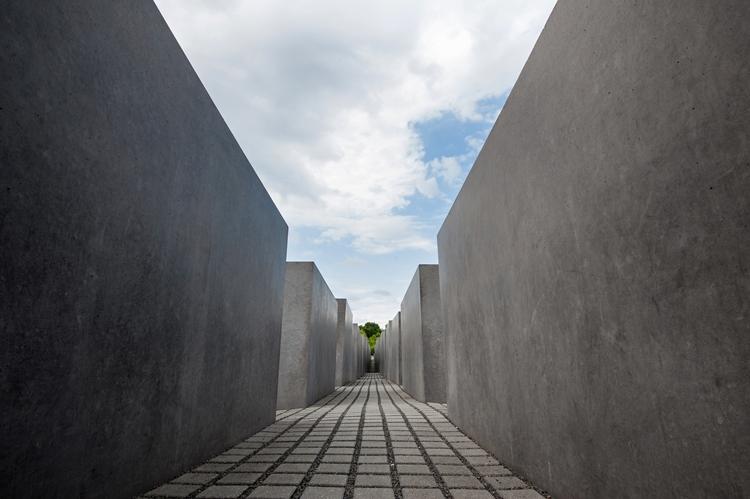 לזכר נספי השואה