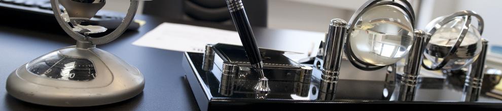 """לימודי ניהול הטכנולוגיה במכון הטכנולוגי חולון. בתמונה: שולחן """"המנהל"""""""