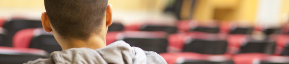 מכינות קדם אקדמיות במכון הטכנולוגי חולון. בתמונה: סטודנט מאזין להרצאה
