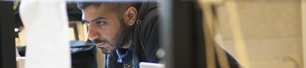 לימודי חוץ - לימודי תעודה במכון הטכנולוגי חולון.  בתמונה: סטודנט במהלך פעילות בסדנה